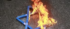A Star of David burns in flames during a protest against Israeli attacks on Gaza in front of the Israeli embassy in Ankara December 28, 2008. Protesters demand from the Turkish government to end all kind of relations with Israeli government. REUTERS/Umit Bektas (TURKEY) - RTR22VQC